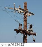 Деревянный столб с изоляторами и трансформаторами. Стоковое фото, фотограф Косоуров Юрий / Фотобанк Лори