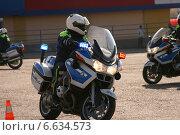 Полицейский на служебном мотоцикле (2014 год). Редакционное фото, фотограф Lana / Фотобанк Лори