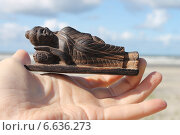 Купить «Будда в руке на фоне моря», эксклюзивное фото № 6636273, снято 25 августа 2014 г. (c) Ната Антонова / Фотобанк Лори
