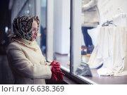 Женщина в белом осеннем пальто возле витрины магазина. Стоковое фото, фотограф Эдуард Данилов / Фотобанк Лори