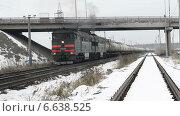 Поезд с нефтяными цистернами проезжает под автомобильным мостом (2014 год). Редакционное видео, видеограф Андрей Доможиров / Фотобанк Лори