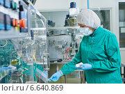Купить «pharmaceutical factory worker», фото № 6640869, снято 27 августа 2014 г. (c) Дмитрий Калиновский / Фотобанк Лори