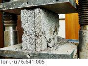 Купить «concrete quality test», фото № 6641005, снято 19 февраля 2014 г. (c) Дмитрий Калиновский / Фотобанк Лори