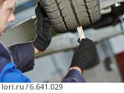 Купить «car wheel protector measurement», фото № 6641029, снято 23 октября 2014 г. (c) Дмитрий Калиновский / Фотобанк Лори
