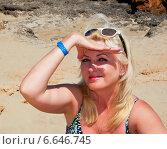 Купить «Женщина прикрывает рукой глаза от солнца», эксклюзивное фото № 6646745, снято 6 июня 2013 г. (c) Куликова Вероника / Фотобанк Лори