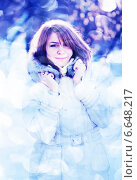 Зимний портрет молодой женщины в пуховике. Стоковое фото, фотограф Валерия Потапова / Фотобанк Лори