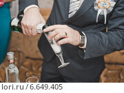 Мужчина наливает вино в бокал (2013 год). Редакционное фото, фотограф Алёна Замотаева / Фотобанк Лори