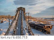 Ленточный конвейер и железнодорожный грузовой состав. Стоковое фото, фотограф рустам ниязов / Фотобанк Лори