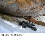 Радиоуправляемая машина под скалой на снегу (2014 год). Редакционное фото, фотограф Дмитрий Петрович Лядов / Фотобанк Лори