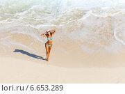 Молодая красивая девушка в голубом бикини стоит около океана, вид с высоты, фото № 6653289, снято 10 февраля 2014 г. (c) Сергей Новиков / Фотобанк Лори
