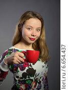 Красивая женщина с красной чашкой чая или кофе. Стоковое фото, фотограф Абызова Елена / Фотобанк Лори
