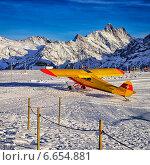 Желтый самолет на аэродроме на горнолыжном курорте в швейцарских Альпах. Стоковое фото, фотограф Роман Бабакин / Фотобанк Лори