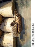 Старые русские сумки из луба висят на деревянной избе. Стоковое фото, фотограф Alexander Shadrin / Фотобанк Лори