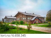 Деревянный загородный дом. Стоковое фото, фотограф Alexander Shadrin / Фотобанк Лори