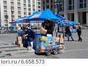 Купить «Приемка товара в торговой точке на Манежной площади в Москве», эксклюзивное фото № 6658573, снято 20 мая 2010 г. (c) lana1501 / Фотобанк Лори
