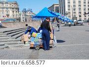 Купить «Приемка товара в торговой точке на Манежной площади в Москве», эксклюзивное фото № 6658577, снято 20 мая 2010 г. (c) lana1501 / Фотобанк Лори