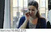 Купить «Грустная девушка плачет, стоя в комнате у окошка», видеоролик № 6662273, снято 8 ноября 2014 г. (c) Кекяляйнен Андрей / Фотобанк Лори