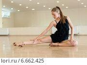 Купить «Молодая девушка выполняет упражнение в танцевальном классе», фото № 6662425, снято 22 июля 2014 г. (c) Евгения Устиновская / Фотобанк Лори