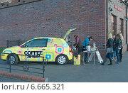 Купить «Продажа напитков с автомобиля на улице», эксклюзивное фото № 6665321, снято 4 ноября 2014 г. (c) Svet / Фотобанк Лори