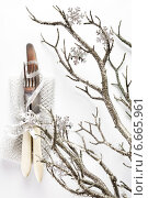 Купить «Новый год. Праздничная сервировка стола. Нож и вилка с серебристым декором.», фото № 6665961, снято 21 октября 2018 г. (c) Дарья Зуйкова / Фотобанк Лори
