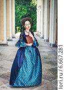 Красивая девушка в старинном платье с книгой. Стоковое фото, фотограф Darkbird77 / Фотобанк Лори