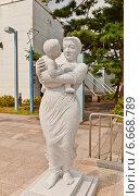 Купить «Скульптура женщины с ребенком возле корпуса Кёнхигун Сеульского Музея Искусств, Южная Корея», фото № 6668789, снято 27 сентября 2014 г. (c) Иван Марчук / Фотобанк Лори