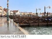Купить «Причал для гондол в Венеции. Италия», фото № 6673681, снято 4 ноября 2013 г. (c) Евгений Ткачёв / Фотобанк Лори