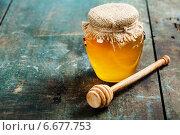 Купить «Банка меда с холщовой салфеткой и ложка на деревянном столе», фото № 6677753, снято 14 июня 2014 г. (c) Наталия Кленова / Фотобанк Лори