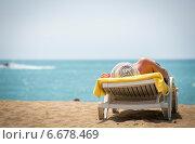 Женщина на шезлонге на берегу средиземного моря (2014 год). Стоковое фото, фотограф Елена Мартынова / Фотобанк Лори