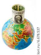 Долларовая банкнота размещённая на глобусе (2014 год). Редакционное фото, фотограф Николай Фролочкин / Фотобанк Лори