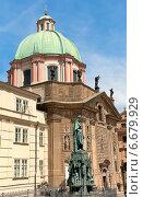 Купить «Прага: Древние здания и статуя короля Карла IV у входа на Карлов мост», фото № 6679929, снято 4 июля 2014 г. (c) Ласточкин Евгений / Фотобанк Лори