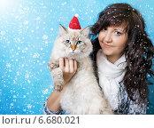 Купить «Девушка с котом в колпаке Санты», фото № 6680021, снято 6 января 2014 г. (c) ElenArt / Фотобанк Лори