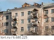 Купить «Разваливающиеся балконы на фасаде жилого дома», фото № 6680225, снято 18 ноября 2014 г. (c) Родион Власов / Фотобанк Лори