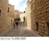 Купить «Израиль, Иерусалим. Группа туристов идет по старому городу на горе Сион», фото № 6680969, снято 9 октября 2012 г. (c) Ирина Борсученко / Фотобанк Лори
