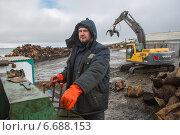 Купить «Мужчина управляет спецтехникой на уборке арктического мусора», фото № 6688153, снято 1 августа 2014 г. (c) Николай Гернет / Фотобанк Лори