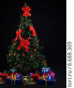 Купить «Новогодняя елка. Подарки под елкой. На темном фоне», фото № 6688309, снято 9 января 2011 г. (c) Ирина Геращенко / Фотобанк Лори