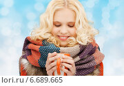 smiling young woman in winter clothes with cup. Стоковое фото, фотограф Syda Productions / Фотобанк Лори