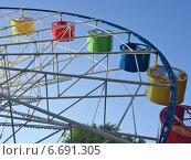 Купить «Кабинки колеса обозрения на фоне неба», эксклюзивное фото № 6691305, снято 12 июля 2014 г. (c) Вячеслав Палес / Фотобанк Лори