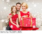 Купить «smiling family holding gift box», фото № 6691365, снято 26 октября 2013 г. (c) Syda Productions / Фотобанк Лори