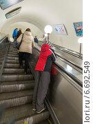 Люди поднимаются на эскалаторе в московском метро (2014 год). Редакционное фото, фотограф Володина Ольга / Фотобанк Лори