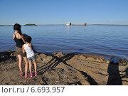 Купить «Якутия, Якутск. В ожидании парома через реку Лену», фото № 6693957, снято 26 июля 2013 г. (c) Сергей Дрозд / Фотобанк Лори