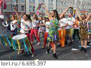 День города в Москве. Карнавал на Неглинной улице. (2014 год). Редакционное фото, фотограф Жанна Кедрова / Фотобанк Лори