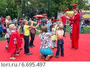 День города в Москве. Семейный праздник в Саду Баумана (2014 год). Редакционное фото, фотограф Жанна Кедрова / Фотобанк Лори
