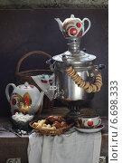 Самовар с сушками, чайник, чашка чая и сладости на старом чемодане. Стоковое фото, фотограф Марина Володько / Фотобанк Лори