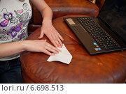 Девушка делает самолет из бумаги (2013 год). Редакционное фото, фотограф Алёна Замотаева / Фотобанк Лори