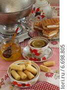 Натюрморт с круглым самоваром, ароматным свежим чаем с долькой лимона и вафлями. Стоковое фото, фотограф Марина Володько / Фотобанк Лори