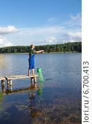 Купить «Мужчина ловит рыбу на озере Селигер, Тверская область», эксклюзивное фото № 6700413, снято 29 августа 2014 г. (c) Елена Коромыслова / Фотобанк Лори