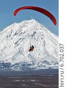 Купить «Полет параплана на фоне Корякского вулкана. Камчатка», фото № 6702037, снято 21 ноября 2014 г. (c) А. А. Пирагис / Фотобанк Лори