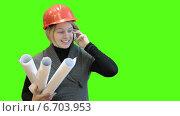 Купить «Женщина инженер с чертежами разговаривает по телефону на фоне зелёного экрана», видеоролик № 6703953, снято 22 ноября 2014 г. (c) Кекяляйнен Андрей / Фотобанк Лори