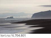 Купить «Черный вулканический песок пляжа на берегу Тихого океана на Камчатке. Халактырский пляж.», эксклюзивное фото № 6704801, снято 31 июля 2014 г. (c) Ольга Липунова / Фотобанк Лори